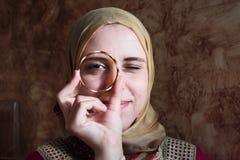 有金黄镯子的阿拉伯回教妇女 免版税库存照片