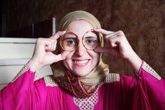 有金黄镯子的阿拉伯回教妇女 免版税库存图片