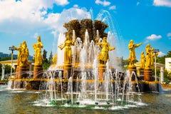 有金黄雕塑的喷泉 友谊人特写镜头, ENEA, VDNH, VVC 莫斯科,俄罗斯 免版税库存图片