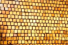 有金黄马赛克的墙壁作为纹理 库存照片