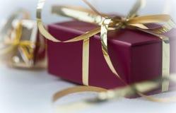 有金黄ribbo的红色礼物盒 免版税库存照片