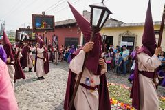 有针对性的敞篷的人们打扮十字架的方式的运载的绘画在圣Bartolome de队伍  库存图片