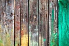 有钉子,绿色和黄色油漆污点的老木板在自然纹理木板条 免版税图库摄影