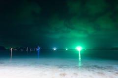 有钓鱼乌贼的许多小船的夜海 图库摄影
