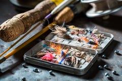 有钓鱼竿和诱剂的老钓鱼者设备 免版税库存图片
