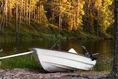 有钓鱼竿的汽艇在湖 库存图片