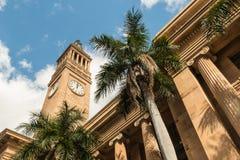 有钟楼和棕榈树的布里斯班香港大会堂 免版税库存图片