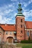 有钟楼的哥特式修道院教会 库存图片