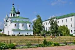 有钟楼的大教堂和公墓在俄罗斯 免版税库存照片