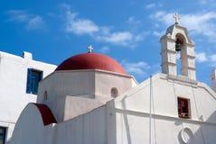 有钟楼的教会和红色圆顶在米科诺斯岛,希腊 教堂大厦建筑学 蓝天的白色教会 夏天 库存照片