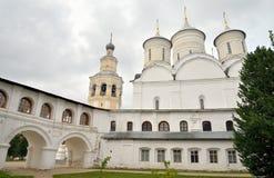 有钟楼的斯帕斯基大教堂在救主Priluki修道院里 库存照片
