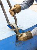有钢丝绳吊索的贴合螺栓锚钩环 图库摄影