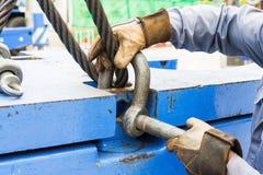 有钢丝绳吊索的贴合螺栓锚钩环 免版税库存照片