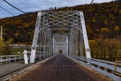 有钢栅格甲板的-路泽恩县,宾夕法尼亚银色撤退桥梁 免版税图库摄影