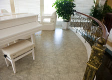 有钢琴的家庭内部空间 库存照片