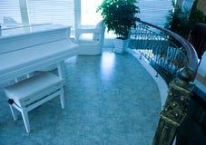 有钢琴的家庭内部空间 免版税库存图片