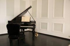 有钢琴和椅子的明亮的室 库存图片
