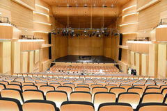 有钢琴的现代音乐厅在中心舞台 库存照片