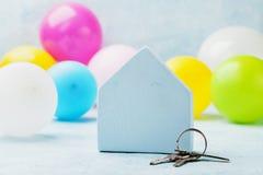 有钥匙串的小白色房子和气球 乔迁庆宴,移动,房地产或者买一个新的家庭概念 免版税图库摄影