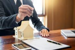有钥匙的代理顾客新房,房地产ag的手 库存图片