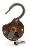 有钥匙的开放古色古香的挂锁 库存图片
