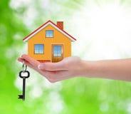 有钥匙的房子在手中 免版税图库摄影