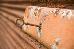 有钥匙的生锈的锁 库存图片