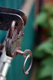 有钥匙的老生锈的金属绿色挂锁在绿色金属给clos装门 库存图片