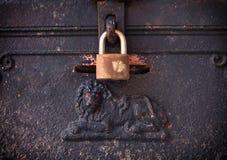 有钥匙的老钢箱子被锁的 免版税库存照片