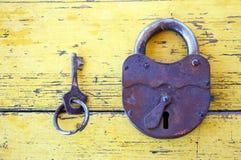 有钥匙的老锁 免版税库存照片