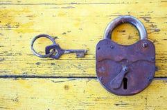 有钥匙的老锁 库存图片