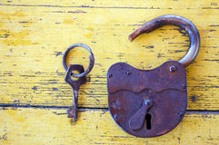 有钥匙的老锁 免版税库存图片