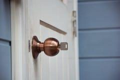 有钥匙的门把手锁 免版税库存照片