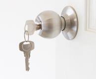 有钥匙的门把 库存照片