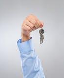 有钥匙链的人举行 免版税库存照片