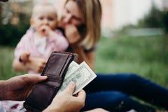 有钱包和美元票据的男性手 免版税库存照片