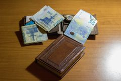 有钱包和金钱的空的笔记本在书桌上的边 免版税库存照片