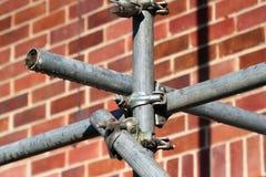有钳位和杆的建筑脚手架 免版税库存图片