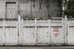 有铁丝网和题字Restrikted地区的悬墙 库存照片