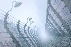 有铁丝网的电篱芭在奥斯威辛 库存图片