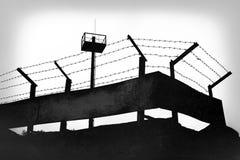 有铁丝网的监狱墙壁 图库摄影