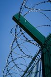 有铁丝网的篱芭反对蓝色春天天空 被守卫的疆土 r 射击从新 库存照片