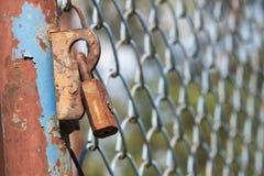 有铁丝网的老锁 库存照片