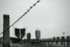 有铁丝网的被放弃的工厂 免版税库存照片