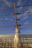 有铁丝网的金属篱芭 免版税库存图片