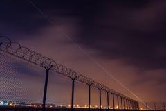 有铁丝网的,禁区和起动飞机篱芭 库存图片