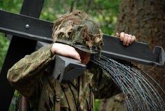 有铁丝网的(展示)战士 免版税图库摄影