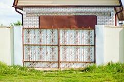 有铁伪造的门的乡间别墅 免版税库存图片