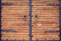 有铁加工的元素的木门 库存图片