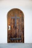 有铁十字架的老木门教会 库存图片